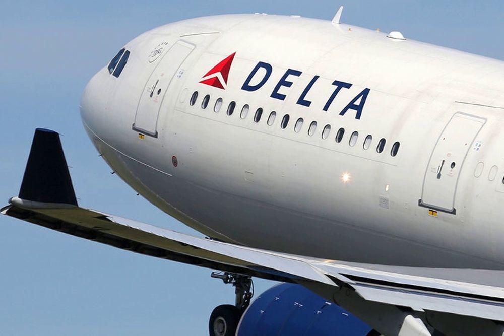 Кричал и просил его выпустить: в США пассажир попытался выпрыгнуть из самолета во время полета