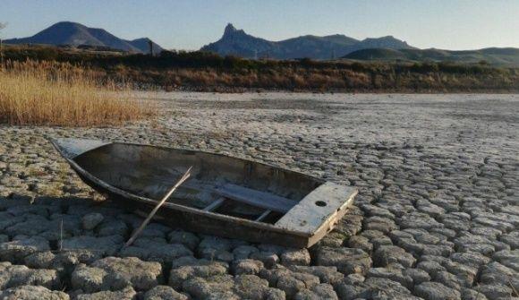 В Крыму погибло знаменитое озеро – теперь на его месте пустыня, кадры