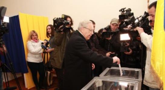 Вилкул уже успел проголосовать, его главный конкурент Семенченко пока не появился на избирательном участке