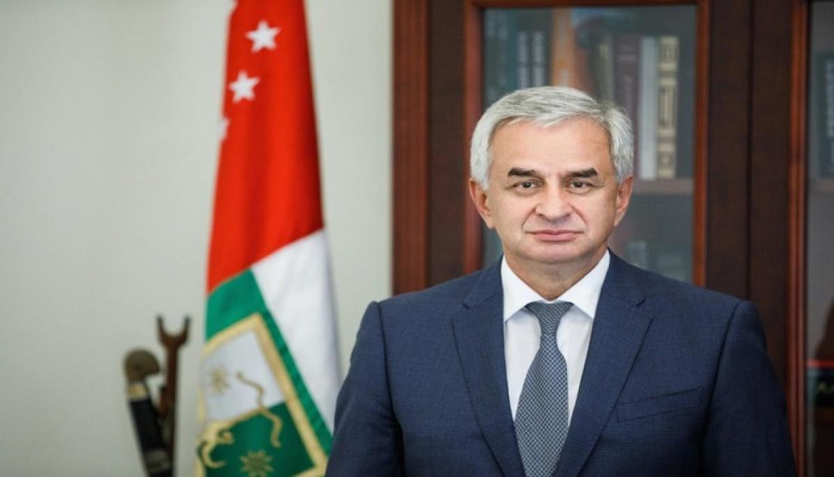 """Парламент"" Абхазии призвал ""президента"" Хаджимбу уйти с поста, тот отказался: ситуация накаляется"