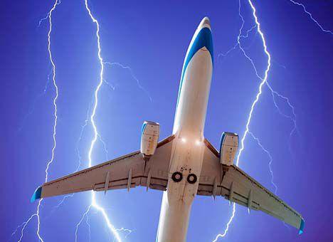 """На подлете к двум аэропортам Москвы молния попала в пассажирские лайнеры: ураган не прекращается, в Сети опубликованы очередные кадры """"черной пятницы"""" в Москве"""