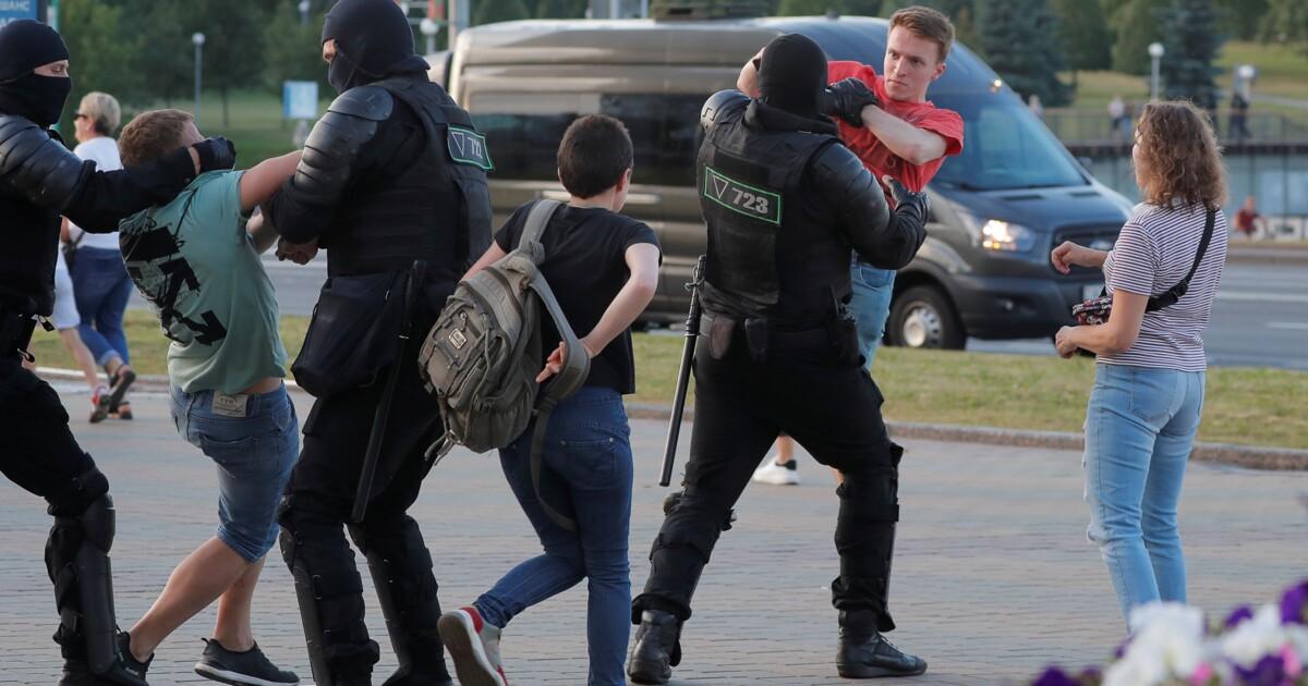Люди показали, кто избивает протестующих в Беларуси: кадры, как на протесте с ОМОНовца сорвали маску
