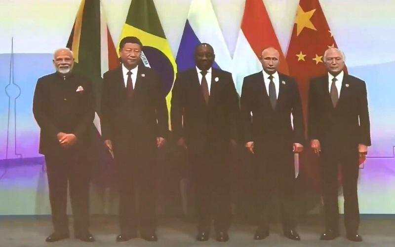 Не смог найти флаг своей страны: Путин опозорился на юбилейном саммите в ЮАР – кадры