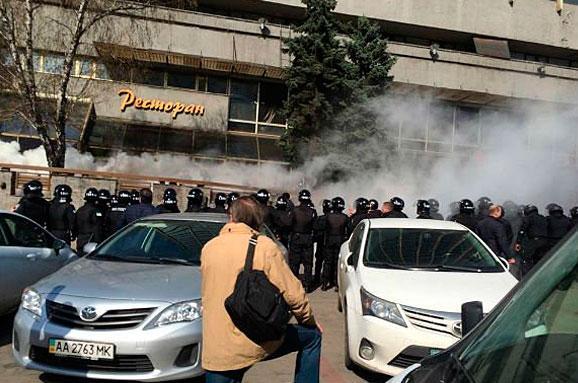 """В Киеве захвачена гостиница """"Лыбидь"""": бойцы """"Айдара"""" дерутся с полицейскими, есть первые задержанные"""