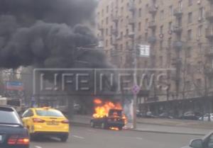 В центре Москвы у здания МИДа пламя уничтожило иномарку