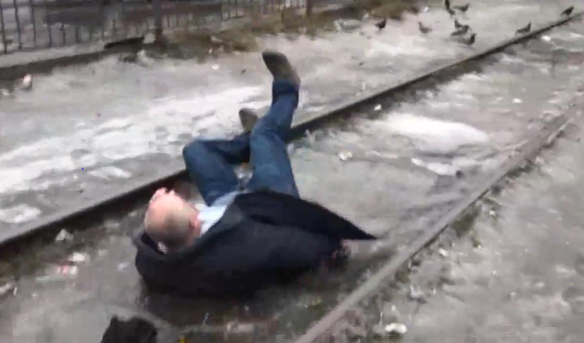 "В Киеве мужчина напал на журналистов из-за сюжета про гололед:""Карма в прямом эфире"""