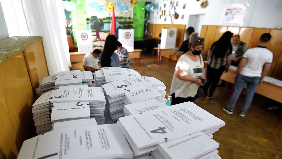 Пашинян против Кочаряна: первые данные экзитполов на парламентских выборах в Армении