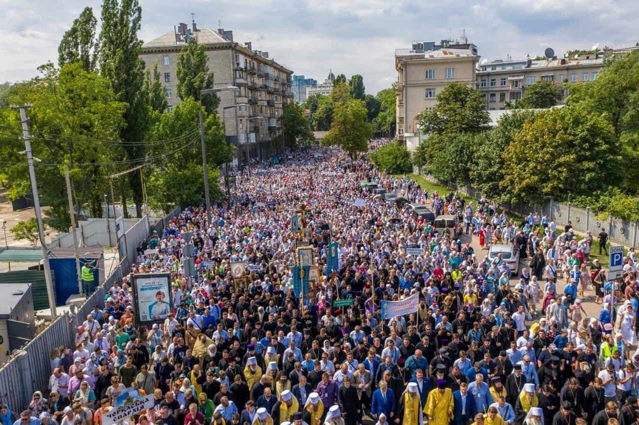 """Зеленский высказался о крестном ходе: """"У них даже не было питьевой воды, полиция раздавала"""""""