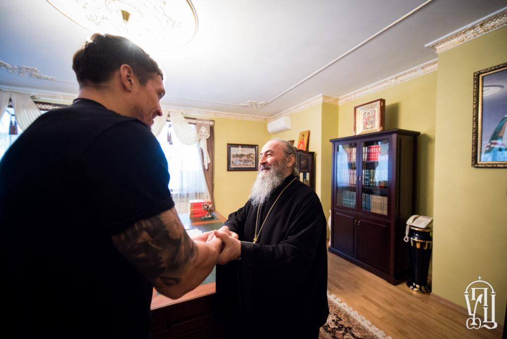 УПЦ МП пропиарилась за счет украинского любимчика Усика: боец подарил подарки митрополиту Онуфрию - кадры