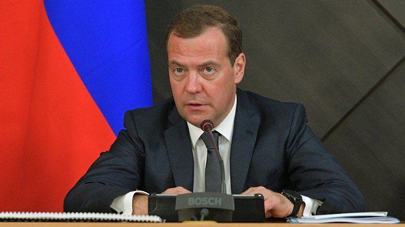 """Медведев раскритиковал решение Зеленского, власти РФ недовольны: """"Уму непостижимо, что такое возможно"""""""