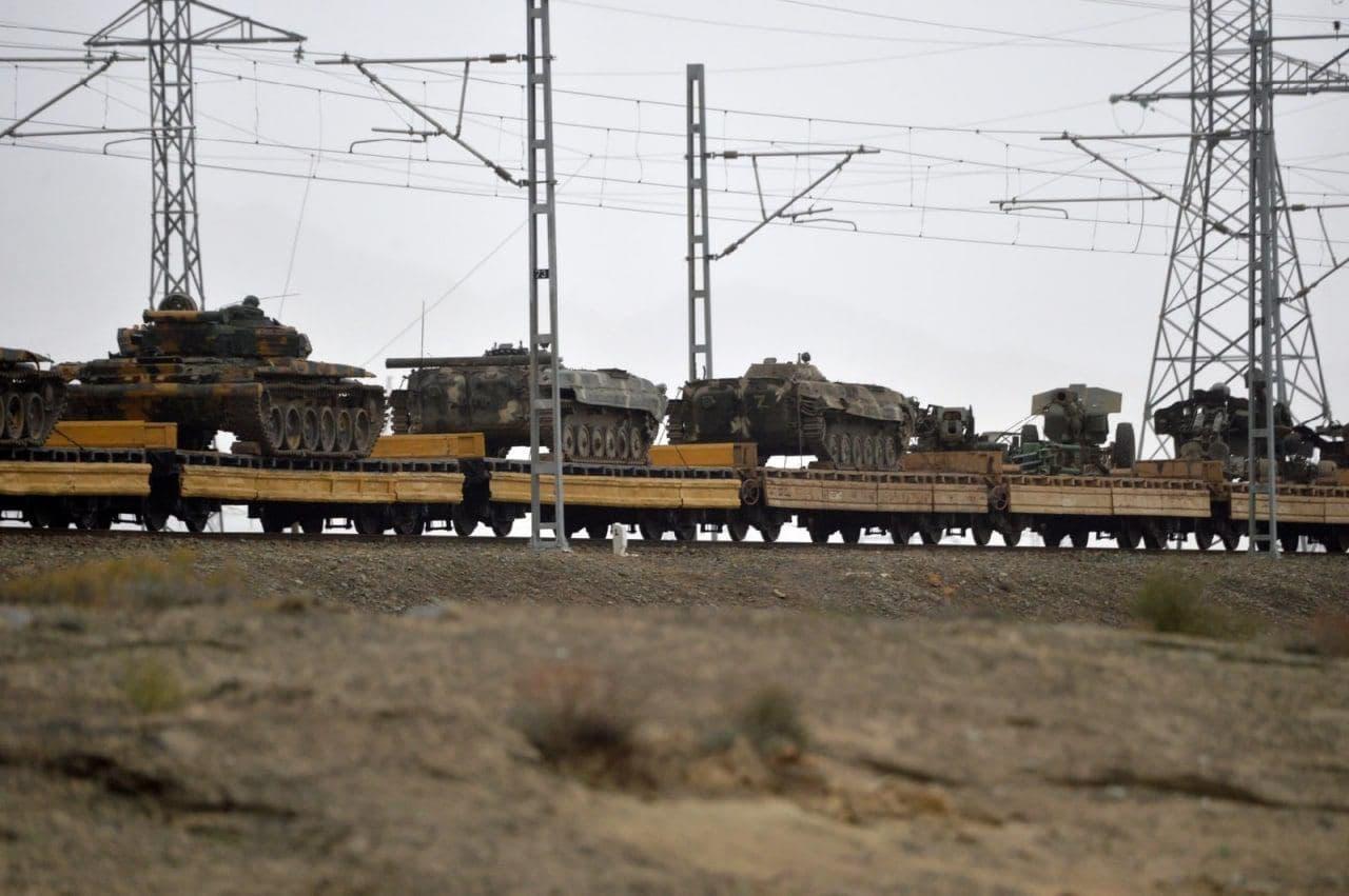Азербайджан сделал армию Армении почти небоеспособной: 500 единиц техники ВС Армении эшелонами везут в Баку