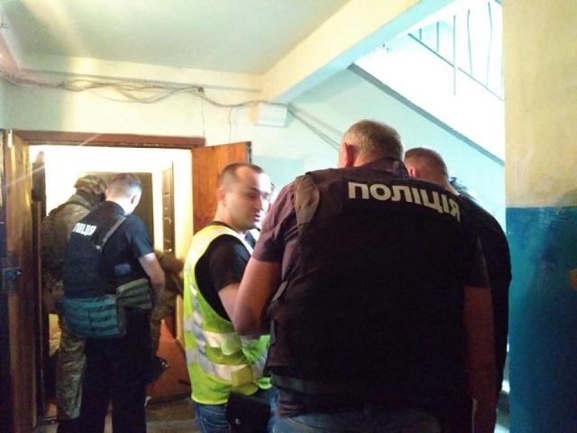 Избивал жену и взял детей в заложники: полиция провела спецоперацию в центре Киева - кадры