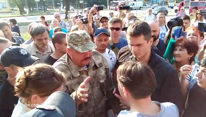 Не наша новая полиция: в Николаеве полицейский наступил на лицо лежащего бойца добробата — кадры