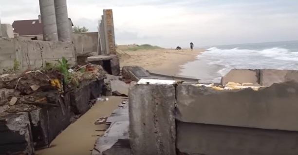 Природа отомстила: в Одессе после шторма рухнул дом брата Владимира Литвина, заграждавший людям проход к морю