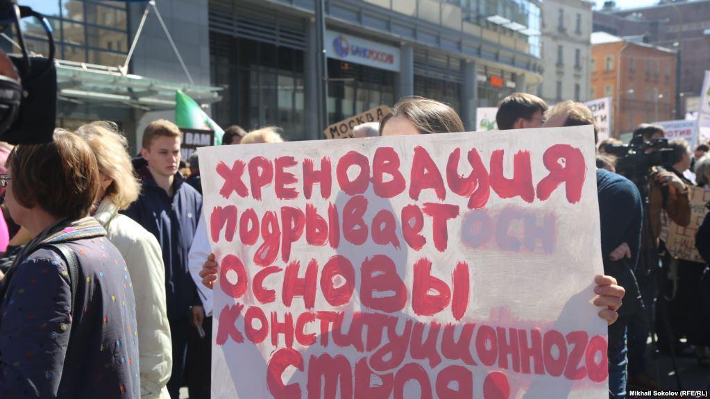 Сотни москвичей штурмуют Госдуму: в центре Москвы начались первые задержания, у Парламента десятки автозаков и ОМОН - кадры
