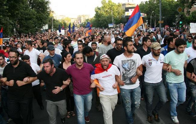 Протест в Армении вспыхнул с новой силой: СМИ сообщили о радикальном шаге протестующих в Ереване - кадры