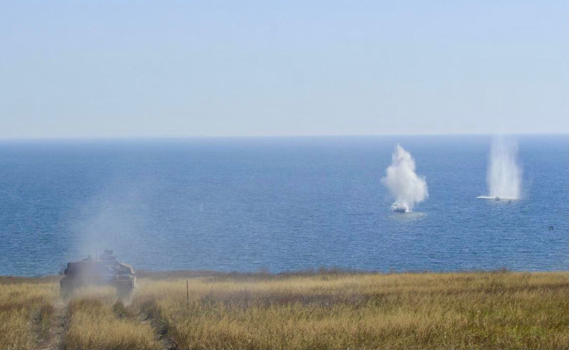 "Пехота, танки и артиллерия ""Азова"" остановила высадку ""вражеского десанта"" на побережье Азовского моря"