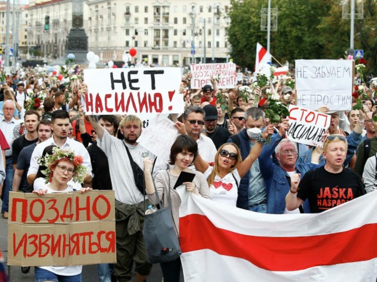 Белорусы показали, что не будут больше терпеть беспредел: кадры, как люди отбивают женщину от силовиков