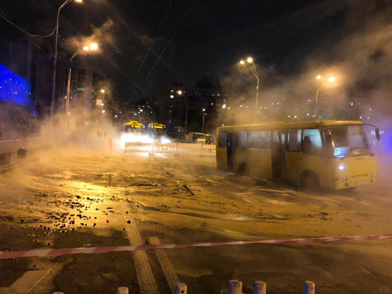 Порыв трубы возле Ocean Plaza в Киеве: названо число пострадавших