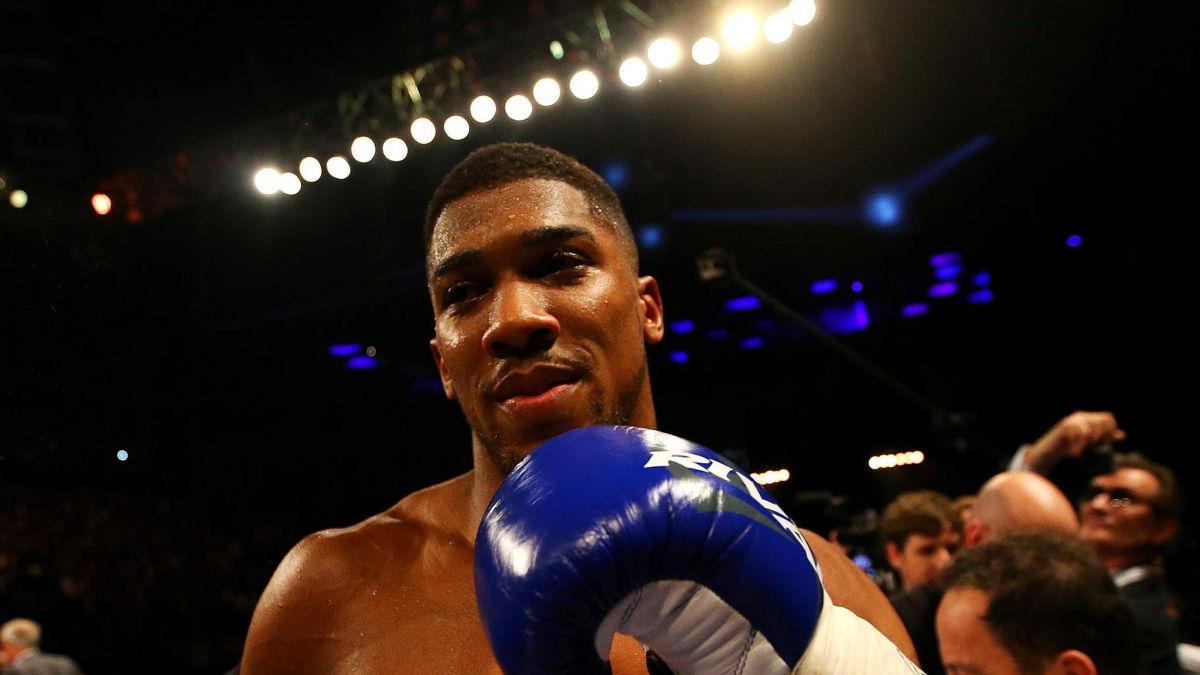 """""""Один из тяжелейших боев в карьере"""", - Джошуа сравнил Усика с легендарным боксером из США"""