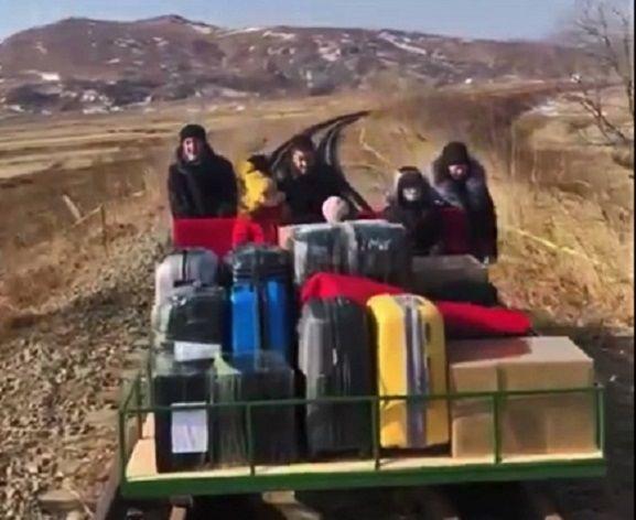Кадры, как российские дипломаты добираются из КНДР к границе РФ: толкали дрезину больше километра
