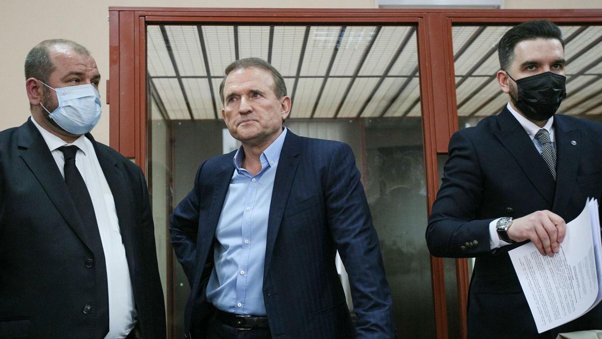 Медведчук покинул Печерский суд после вынесения решения под крики и через коридор националистов
