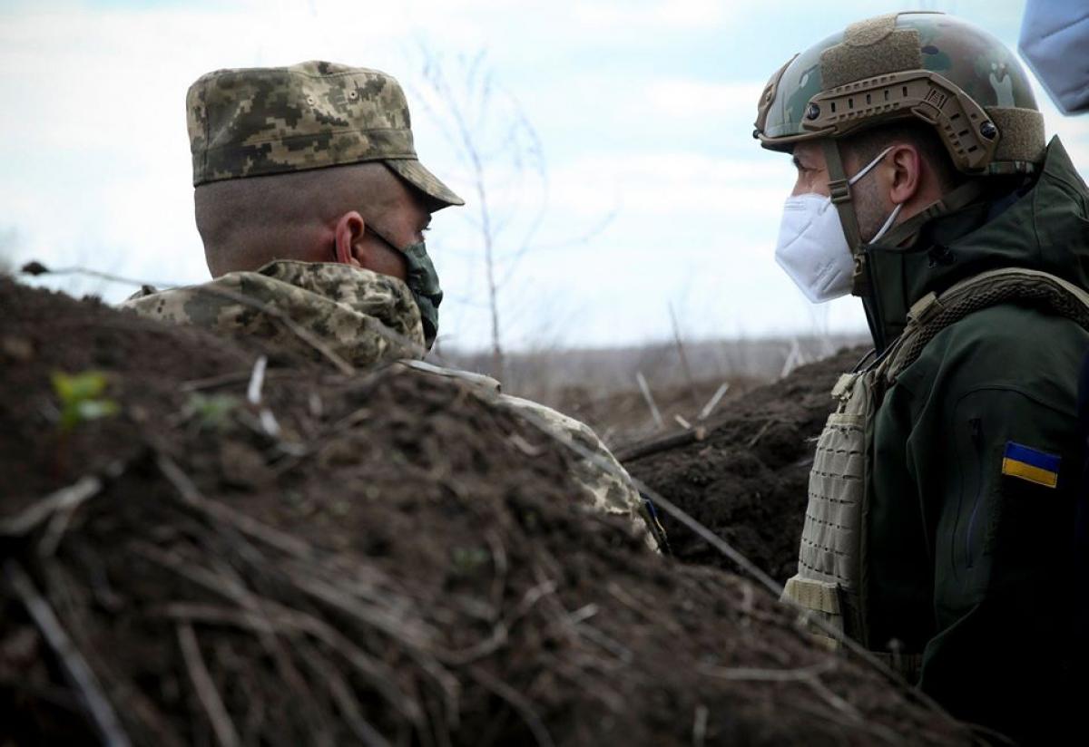 Зеленский в окопах смотрел прямо в сторону врага: кадры с передовой на Донбассе