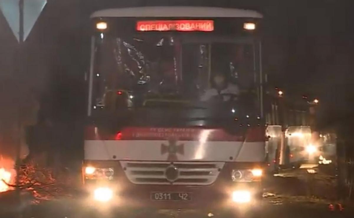 В Новых Санжарах ситуация накалена до предела: митингующие напали на автобус с эвакуированными, есть раненые