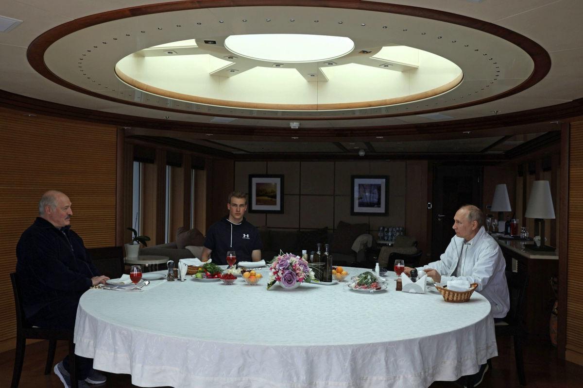 СМИ: Путин покатал Лукашенко и его сына Колю в Сочи на 54-метровой яхте за €30 млн