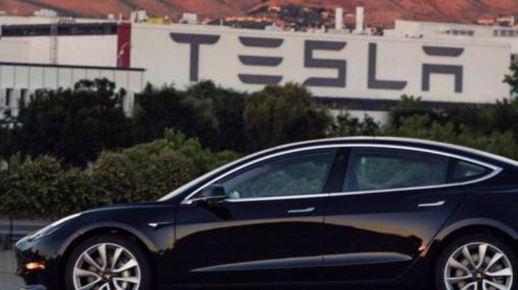 Tesla Model 3: Илон Маск показал, каким будет первый серийный электромобиль от Tesla Motors