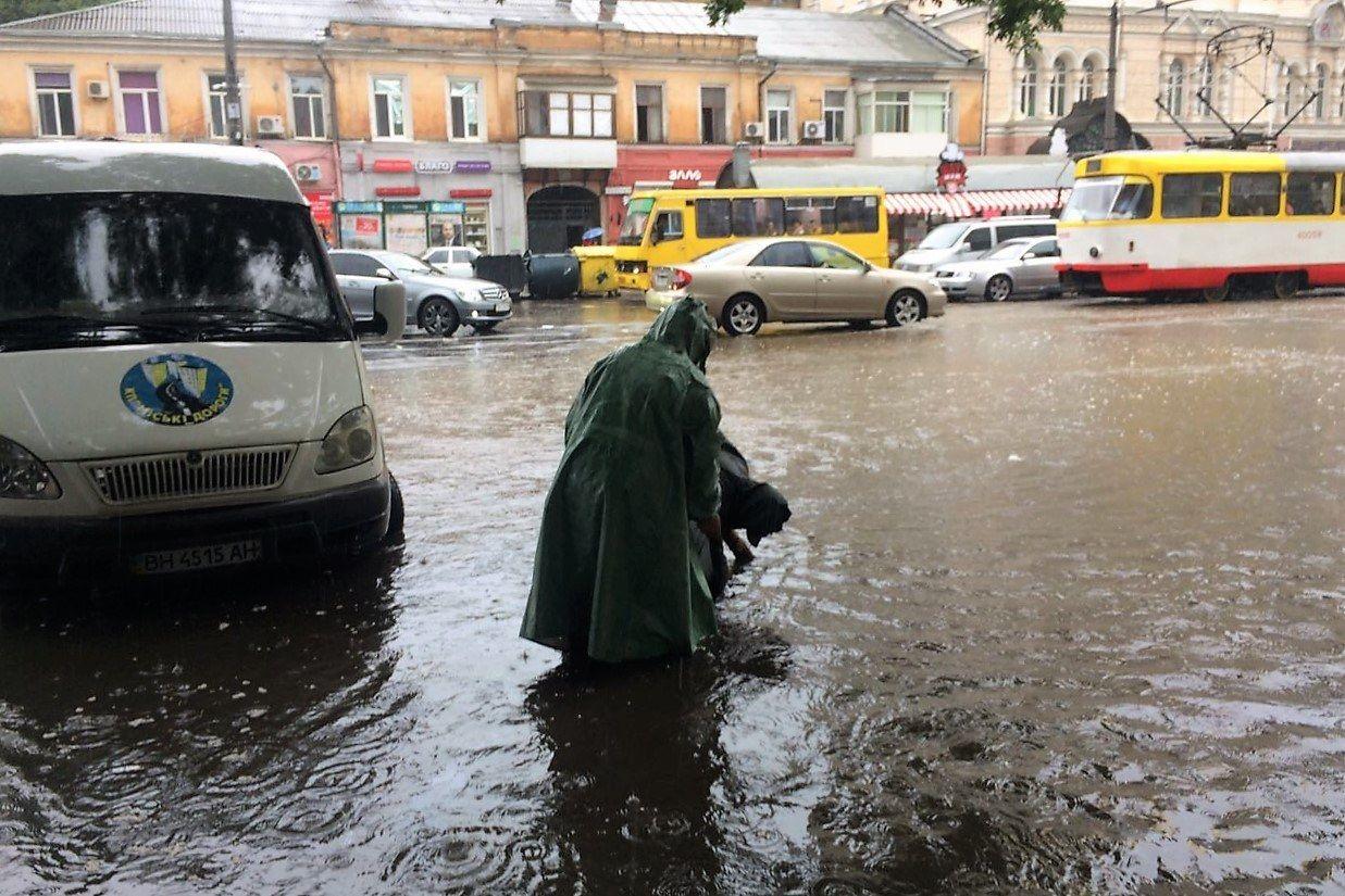 Потоп в Одессе: из-за мощного ливня улицы ушли под воду в считанные часы, затоплены дома
