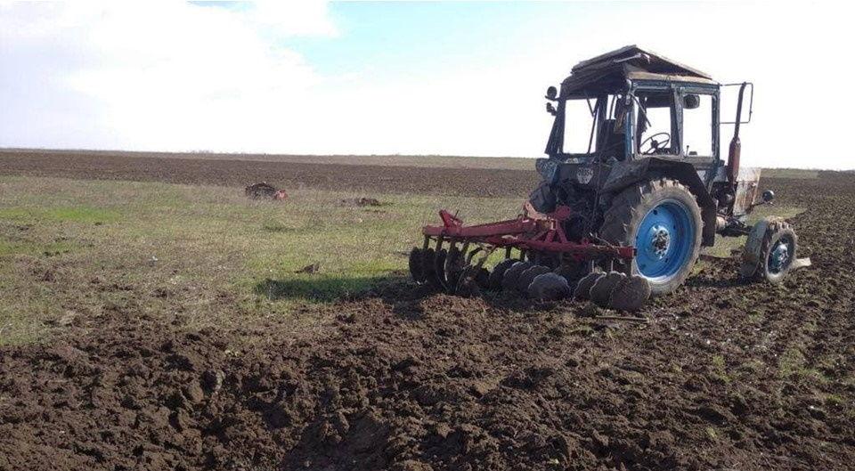 Под Мариуполем во время сельхозработ подорвался трактор: водитель получил ранения