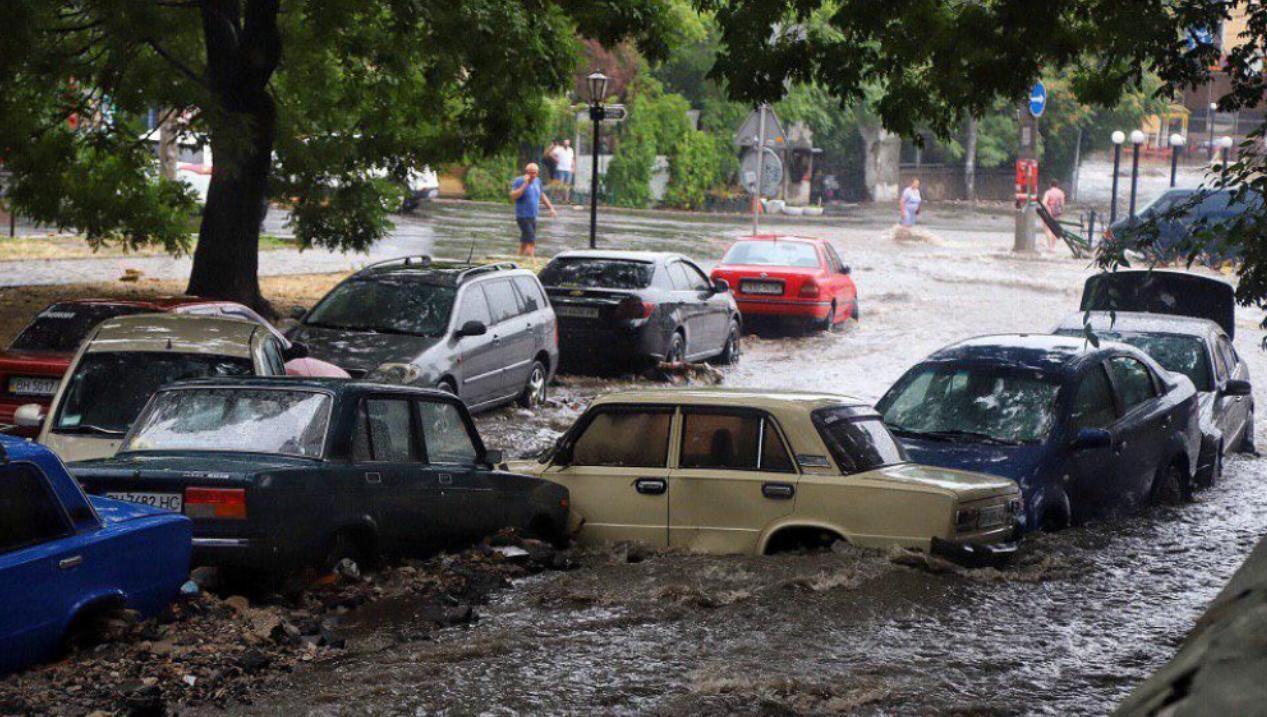 Стихия накрыла три области Украины: в Запорожье затопило улицы, в Виннице град повыбивал овощи