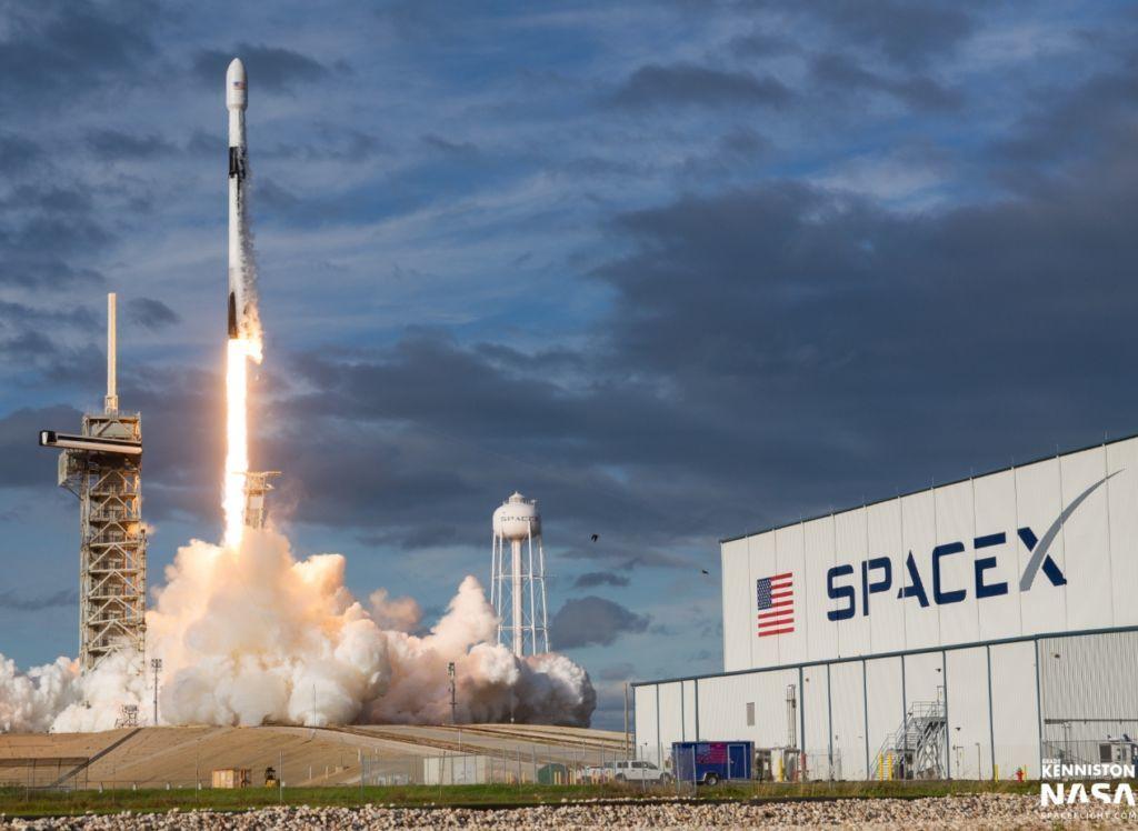 SpaceX запустила новую группу интернет-спутников Starlink: первая ступень Falcon-9 успешно вернулась на Землю