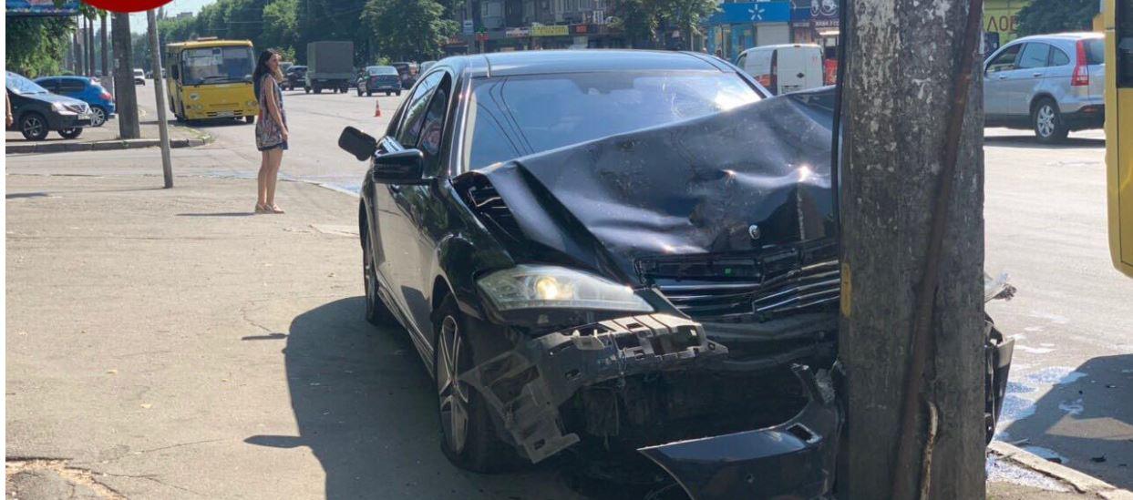 Пьяный автомойщик, угнав Mercedes, устроил 2 ДТП и летел в остановку с людьми