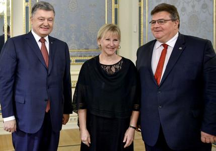 Порошенко поблагодарил глав МИД Литвы и Швеции за активную поддержку Украины в борьбе с российской оккупацией