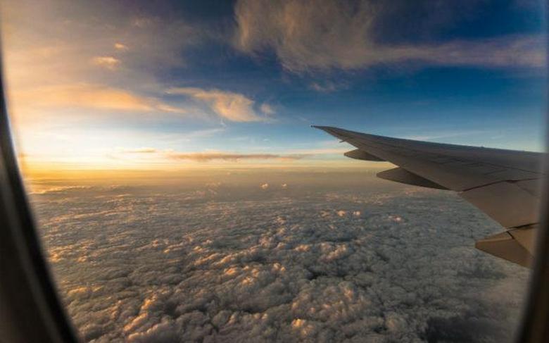"""Очевидец снял уникальный кадр с НЛО: пришельцы пролетели """"прямо под носом"""" у пассажира лайнера - фото"""