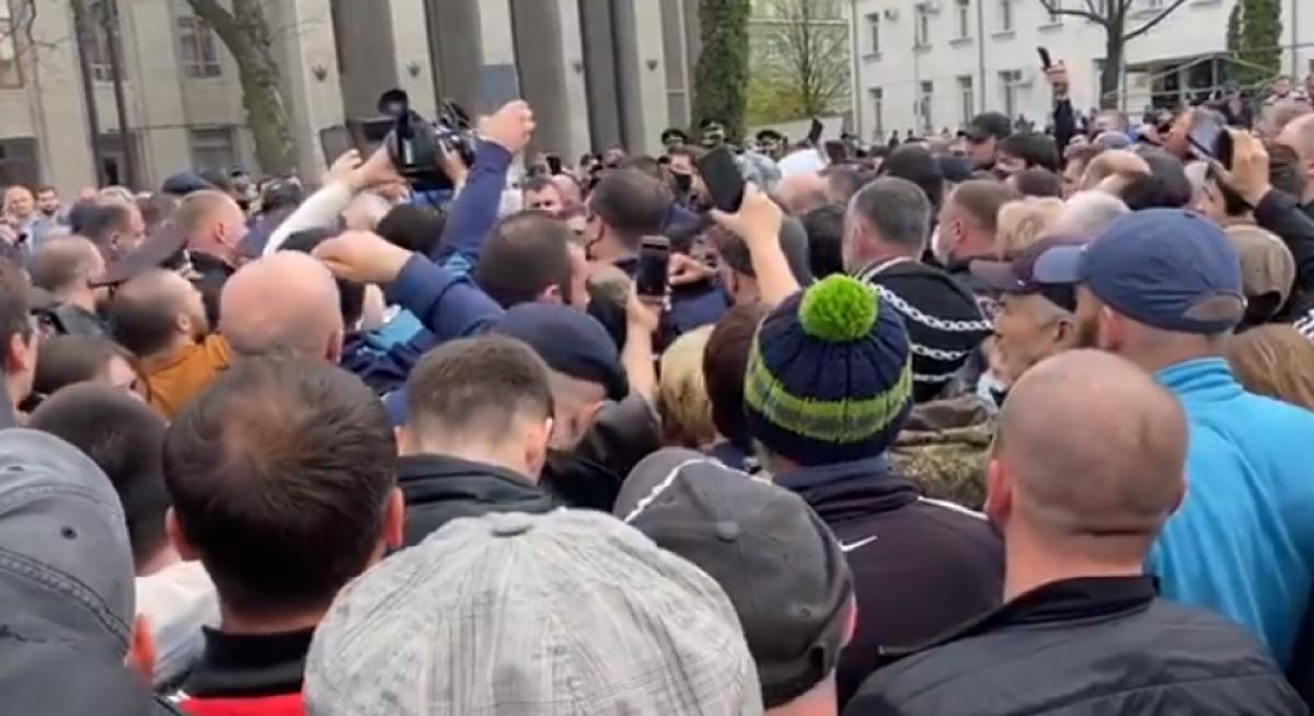 """""""Кавказ может взорваться, ситуация опасная"""", - во Владикавказе сотни людей быстро стекаются в центр города, видео"""