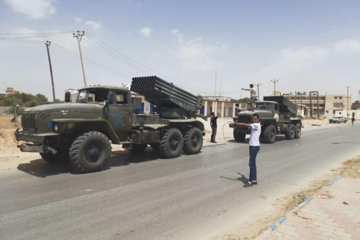 """Войска Хафтара без сопротивления оставили Тархуну, бросив """"Грады"""", танки Т-60 и авиацию: видео"""
