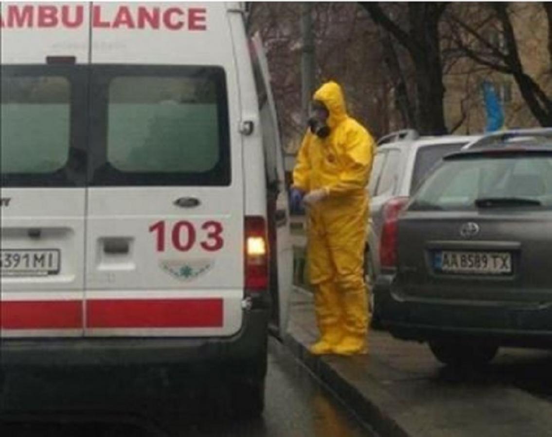 Коронавирус приближается: в Киеве заметили медиков в костюмах химзащиты и с респираторами