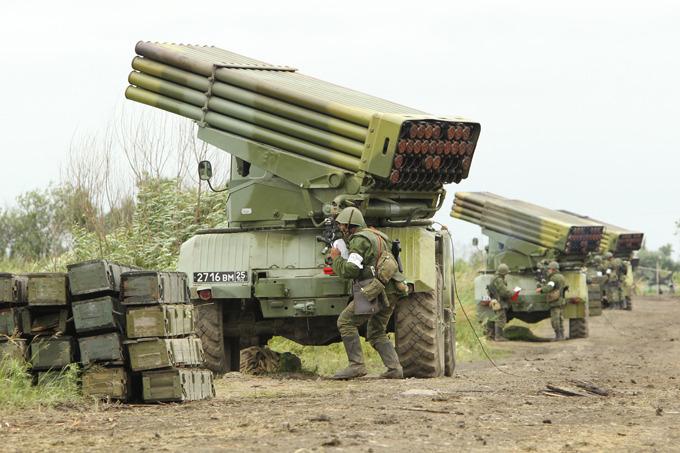 """Донецк под """"Градами"""": жители слышат сильные залпы, несколько районов обесточены"""
