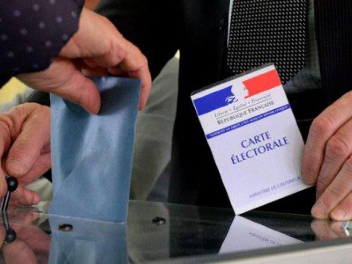 """Первые данные экзитполов: за Макрона сенсационно голосуют в США и Канаде, Ле Пен -  """"пасет задних"""""""