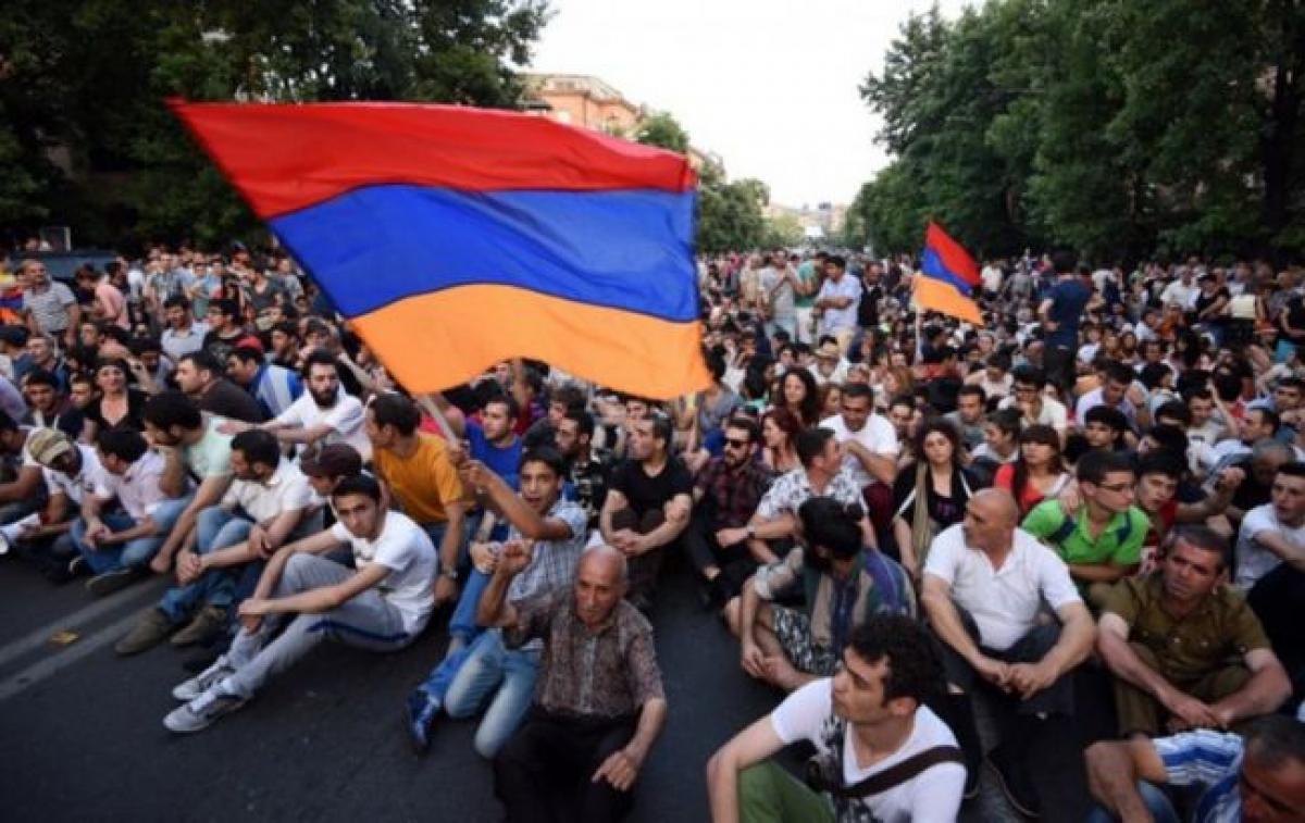 """""""Никол, уходи"""", - в Ереване сотни человек вышли на митинг против Пашиняна, полиция начала задержания"""