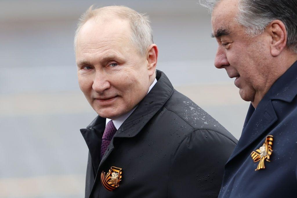 На видео с Путиным заметили необычную деталь во время Парада в Москве: в камеру попали его руки