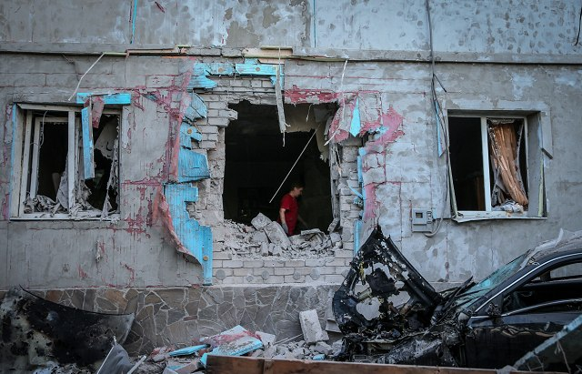 Артобстрел улицы Челюскинцев в Донецке превратил многоэтажный дом в руины
