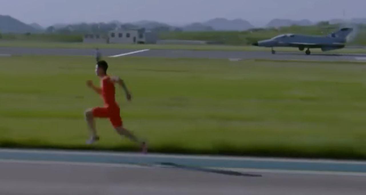 Китайский Усейн Болт обогнал истребитель в стометровом забеге - опубликованы кадры