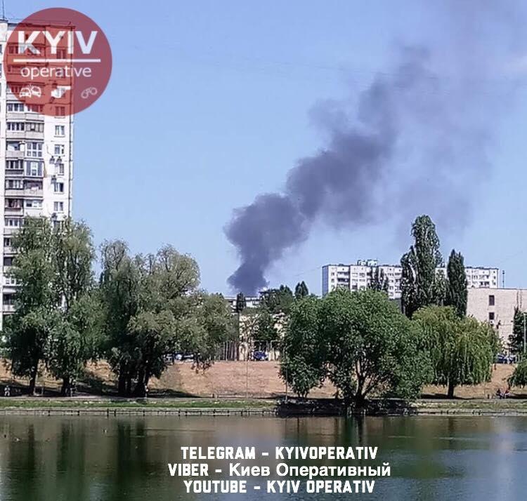 В Киеве масштабный пожар: пользователи соцсети сообщили о взрыве (кадры)
