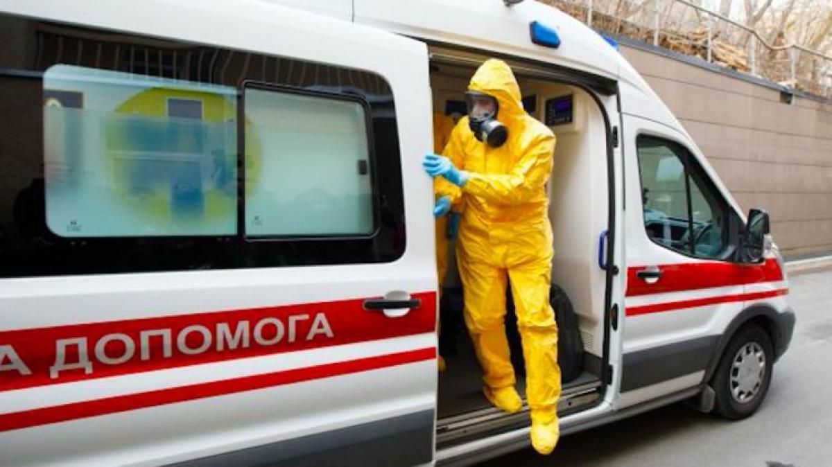 """Десятки зараженных за сутки: почему коронавирус так """"бьет"""" по медработникам Украины"""