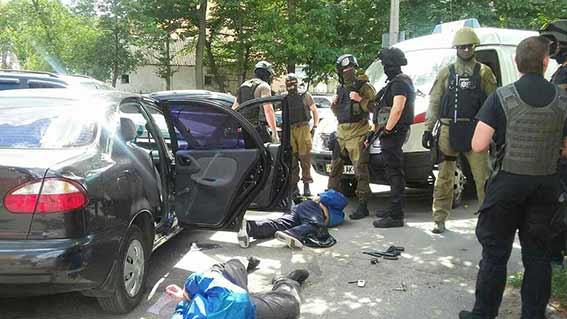 Стрельба в центре Винницы: преступники совершили разбойное нападение на ювелирный магазин - кадры