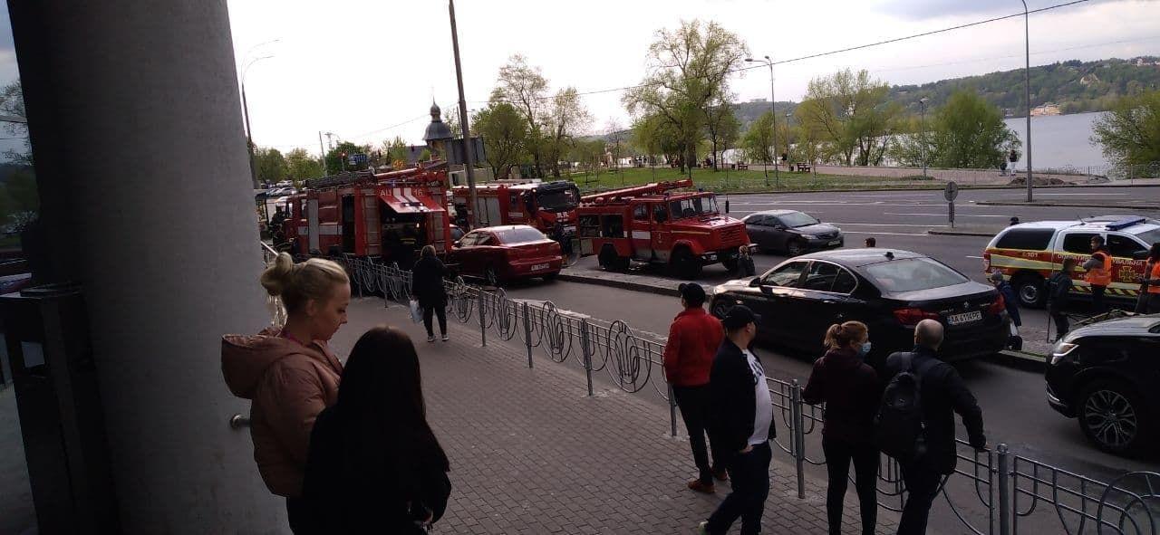 В Киеве горит крупный ТЦ Silver Breeze: паркинг весь в дыму, экстренно эвакуировали всех людей